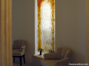 Bent art glass wall decorated with autumnal feafs motif