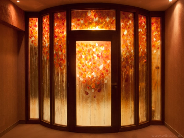 Autumnal leaves at the art glass partition and the door infill