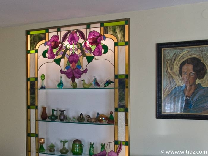 Hummingbird decorated stained glass showcase